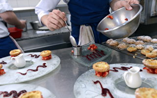 """法国第八届""""大家去餐厅""""活动(Tous au Restaurant)开始了,从2017年9月18日至10月1日的两个星期中,有1400家餐厅提供买一赠一的大厨套餐。图为法国一家米其林星级餐厅的厨师在准备餐点。(BERTRAND GUAY/AFP/Getty Images)"""