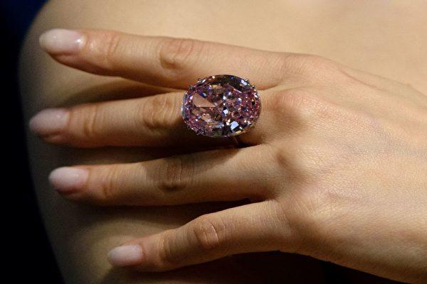 """重达59.6克拉的粉红色钻石""""粉红之星""""在香港以天价拍卖出。(ANTHONY WALLACE/AFP/Getty Images)"""