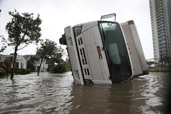 艾瑪颶風在星期天早上登陸佛羅里達州,晚間行進到邁爾斯堡,給佛州帶來大雨和狂風。(Joe Raedle/Getty Images)