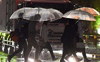 威力强大的台风泰利17日侵袭日本南部,日本气象厅呼吁日本气象厅呼吁民众警戒河川水位暴涨等可能的灾情,并尽速至安全地区避难。图为9月17日的东京街头。(KAZUHIRO NOGI/AFP/Getty Images)