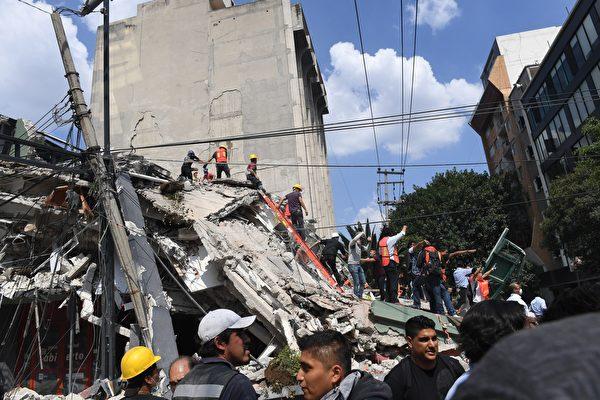 9月19日墨西哥城發生7.1級強震,造成至少上百人遇難。圖為當地救援者和志願者正在瓦礫中尋找倖存者。(ALFREDO ESTRELLA/AFP/Getty Images)