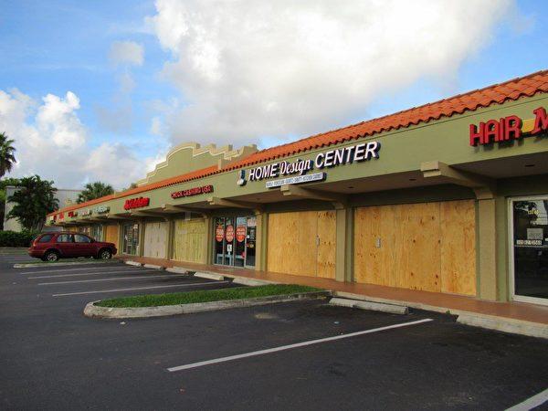 大多數商家們都已經釘上了木板防風。 (李明杰/大紀元)