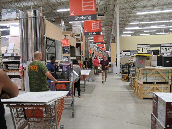 Home Depot等待付款的居民們排上了長隊。 (李明杰/大紀元)