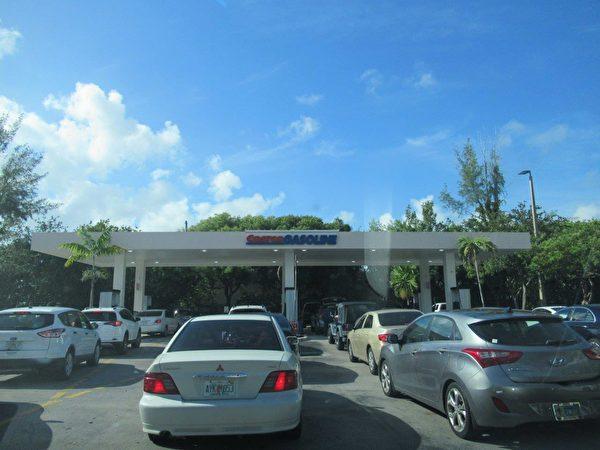 Costo 油站是為數非常少的有汽油供應的加油站。 (李明杰/大紀元)
