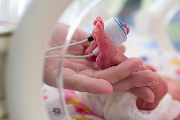 腳掌僅硬幣大小 英國25週早產兒現已五歲
