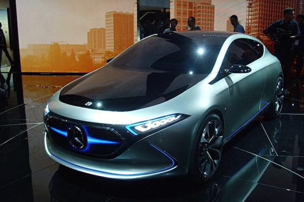 2017年法蘭克福國際車展IAA上的奔馳概念車EQA。(穆華/大紀元)