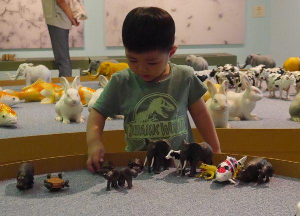藉由互动教育延伸,让孩子经由观察、探索、体验,言琛对大自然的尊重。(方金媛/大纪元)