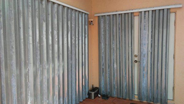 社區裡裝上了颶風百葉窗。(吳蔚溪/大紀元)
