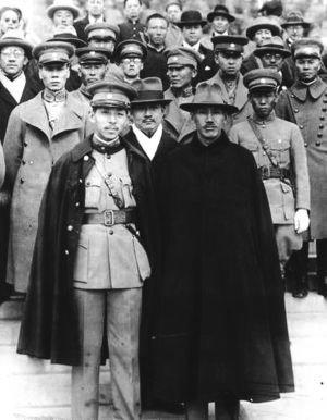 张学良和蒋介石合影。(公有领域)