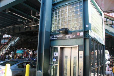 位於布朗士西231街的地鐵站電梯。