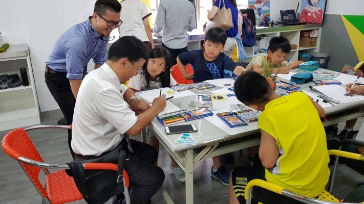 香山國小校長鄧瑞源體驗工藝課程。(新竹市府提供)