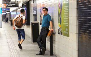 紐約地鐵新設「倚靠欄杆」 實用性受討論
