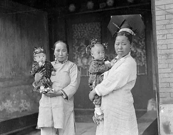 北京街头的旗人母子,摄于1917-1919之间。(甘博/公有领域)