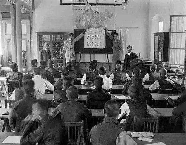 北京语言学校在考试,摄于1917年-1919年之间。(甘博/公有领域)