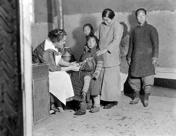 天津,一名外国医生在给中国的孩子看病,摄于1917年-1919年之间。(甘博/公有领域)