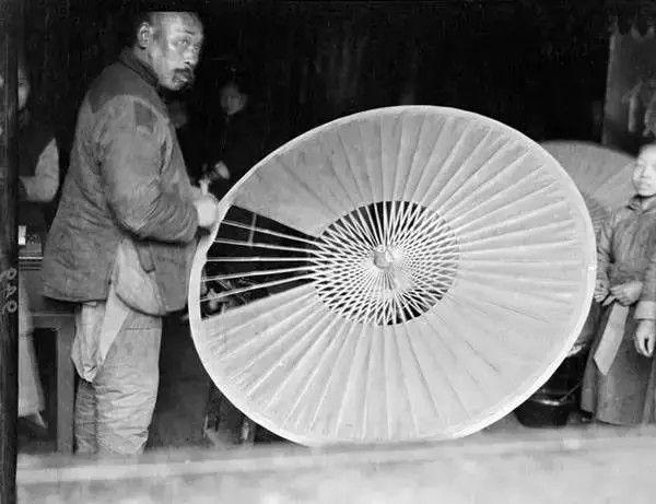 杭州一个制伞铺,摄于1919年。(甘博/公有领域)