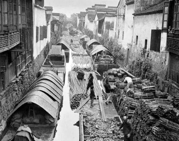 杭州大运河上运送木材的船只,摄于1917年-1919年之间。(甘博/公有领域)