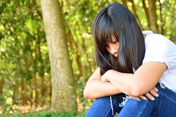 哭泣的少女。(Pixabay)