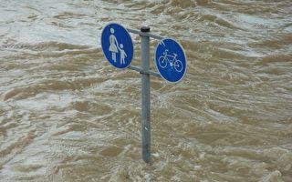 洪水中他救了太太没救孩子,事后他说的话让人深受触动
