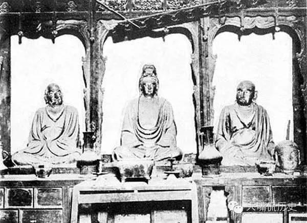 少林寺內的六祖殿,中間是觀音菩薩、左邊是達摩祖師、右邊是慧可禪師。(公有領域)