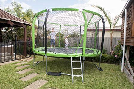 运动心理学研究认为蹦床运动非常符合儿童娱乐和儿童运动的心理特点。(Oz Trampolines提供)
