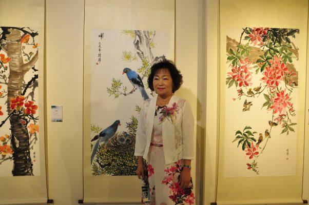 畫家王琇璋和她的作品。(賴月貴/大紀元)