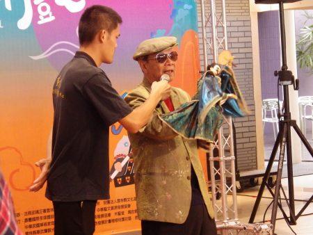 记者会布袋戏大师黄俊雄用布袋戏角色刘三,介绍今年偶戏节的精彩内容。
