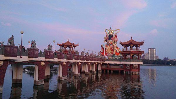 被喻為東南亞水上最高神像的玄天上帝,沐浴在紫色霞彩中。(曾晏均/大紀元)