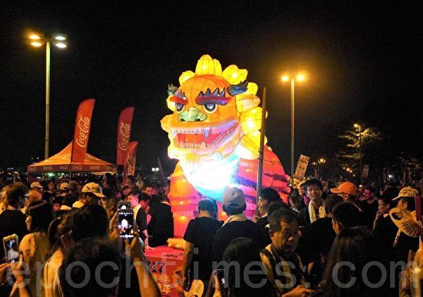 「萬年迓火獅」於活動期間巡迴在左營環潭各廟宇駐駕祈福。(方金媛/大紀元)