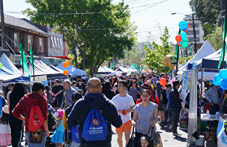 飞舞的彩色气球,飘扬的彩旗装点者人头攒动的街道,街边还设立了数百个美食、手工艺和农产品摊位,让伊士活生气勃勃。(燕楠/大纪元)