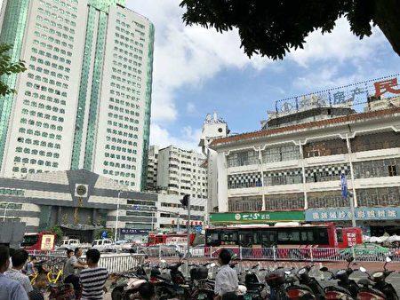 中秋节之际,来自各地数十名学信贷平台投资人在广西南宁市民族商场顶层欲集体跳楼。(受访者提供)