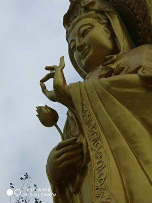 9月29日,河南周口市西華縣西關淨業念佛堂佛像遭強拆,強拆時佛像手指流血。(村民提供)