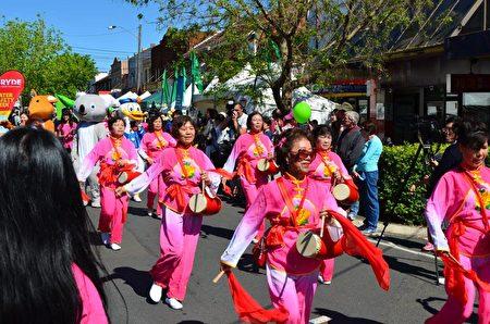 游行队伍由来自当地38个不同团体的成员组成,图为华裔团体。(燕楠/大纪元)