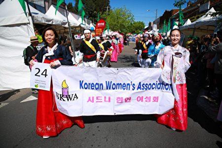 身着民族服装载歌载舞的韩裔团体表演,呈现传统民风。(燕楠/大纪元)