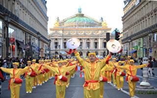 组图:法轮功巴黎大游行 中国游客拍照留念