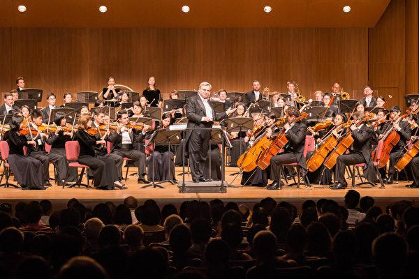 2017年10月3日晚間,神韻交響樂團於台北中山堂舉行演出。指揮米蘭‧納切夫在演出安可曲時與觀眾互動。(陳柏州/大紀元)