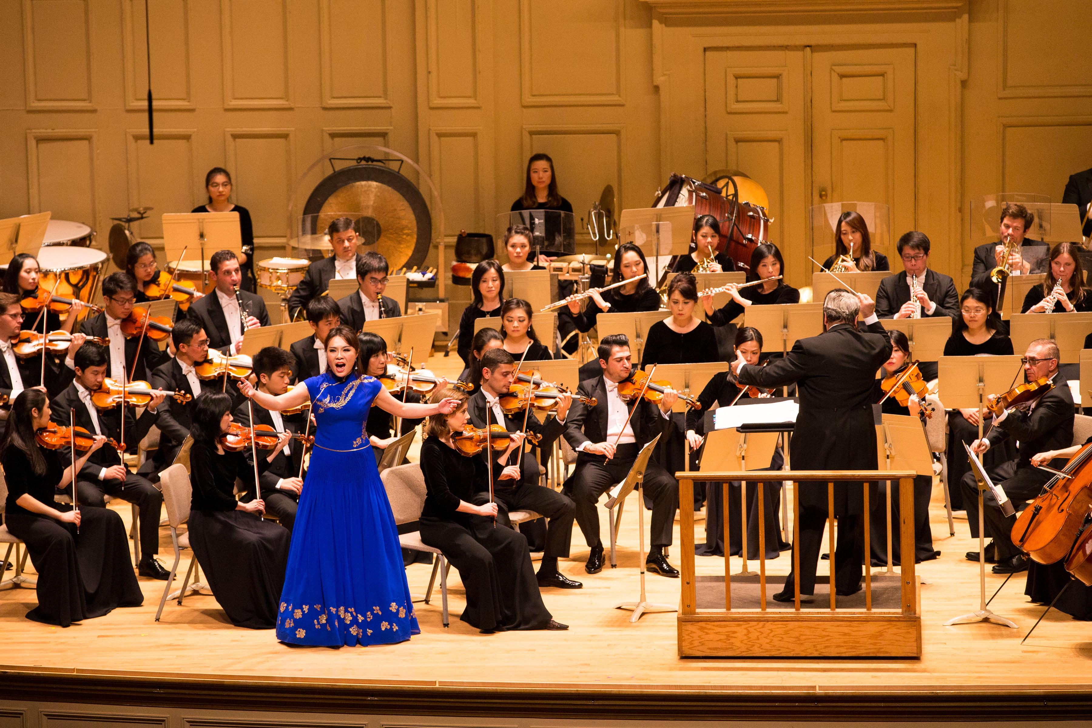 2017年10月13日,神韻交響樂團在波士頓交響樂廳演出。圖為女高音歌唱家耿皓藍的演出。(戴兵/大紀元)