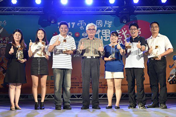 县长李进勇与第十一届偶戏金掌奖得主合影。(云林县府提供)