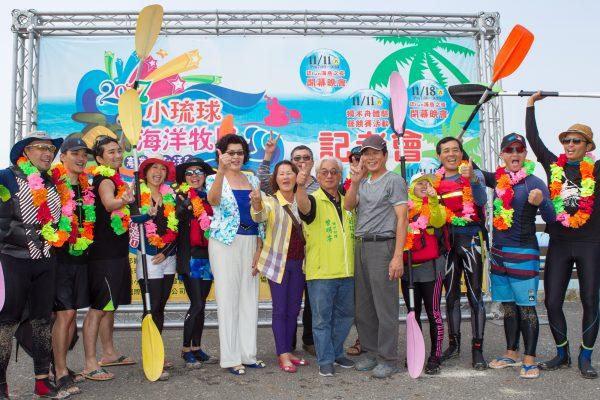 30日橫渡小琉球活動舉辦記者會,琉球鄉長林愛玲(圖中白衣者)也到場為12位獨木舟好手加油打氣。(李歐提供)