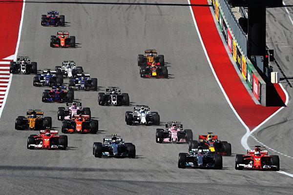 F1美国站,比赛开始进入第一个弯道,法拉利车手维特尔(右一)过掉汉密尔顿瞬间。 (Mark Thompson/Getty Images)