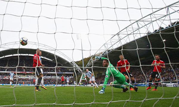 """曼联客场爆冷1:2不敌""""升班马""""哈德斯菲尔德,遭遇新赛季首败,依旧排名积分榜次席。 (Matthew Lewis/Getty Images)"""