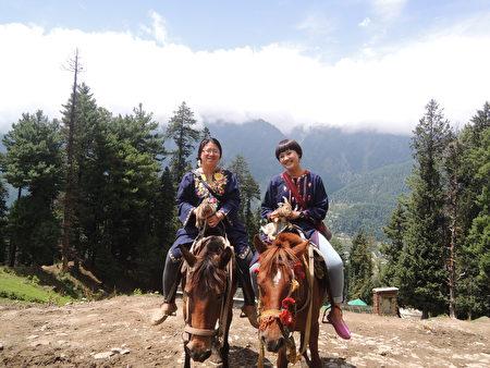 喀什米尔位处喜马拉雅山脉,拥有许多壮丽美景,旅客可在当地骑乘马匹一览风景。(郑芝薇提供)