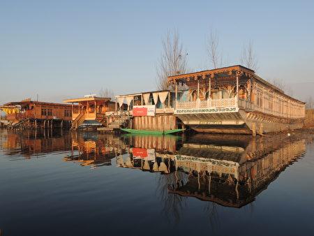 喀什米尔达尔湖的传统船屋,每艘船就是一户船上人家。(郑芝薇提供)
