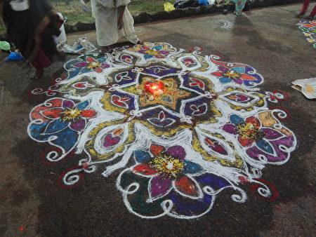 Rangoli是印度传统习俗,常见于家门口作为欢迎之意,节庆时则会画上更加繁复美丽的版本。(郑芝薇提供)