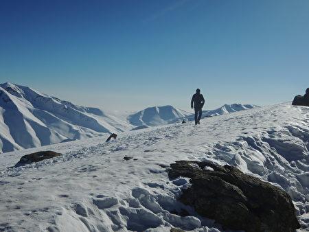 喀什米尔位处喜马拉雅山脉,许多山头长年积雪,景色壮丽。(郑芝薇提供)