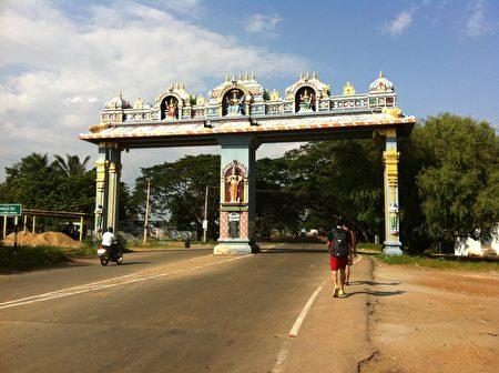 具有南印风格的拱门,是郑芝薇工作地点邻近小镇上的地标。(郑芝薇提供)