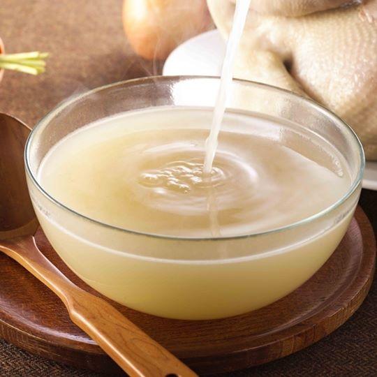 """""""蒜味鸡高汤""""纯粹以大量土鸡肉与台南契作蒜头一同熬制的养生锅底汤头,无任何化学添加物,也可当清汤。(养泉商行提供)"""