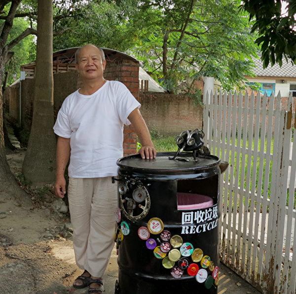 猫头鹰垃圾桶使用很多废弃瓶盖布置,色彩缤纷。(邓玫玲/大纪元)