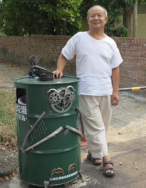 在光复新村角落站岗的猫头鹰垃圾桶,把猫头鹰休息的模样表现出来。(邓玫玲/大纪元)