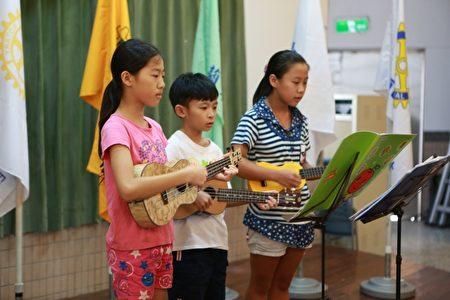 大洲國小學童演奏烏克麗麗迎賓。(曾漢東/大紀元)